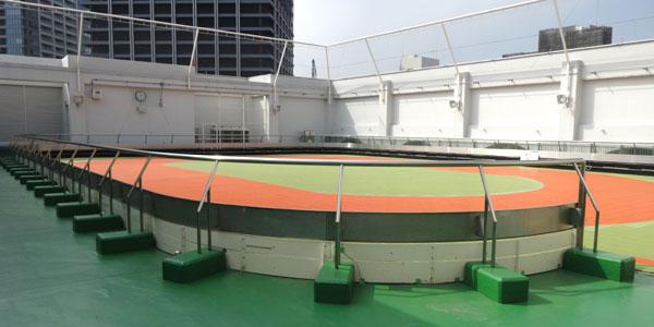 新宿区立新宿スポーツセンター 5階(屋上) 多目的コートはローラースケート、インラインスケートが練習できる施設